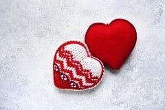 El fondo del día del ` s de la tarjeta del día de San Valentín con dos hizo punto corazones Fotos de archivo libres de regalías