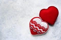 El fondo del día del ` s de la tarjeta del día de San Valentín con dos hizo punto corazones Foto de archivo libre de regalías