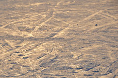 El fondo del esquí - pistas en declive del esquí en cuesta del esquí - esquí se arrastra en cuesta del esquí Fotografía de archivo libre de regalías