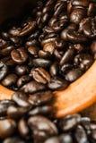 El fondo del grano de café y empaña el primero plano Fotografía de archivo