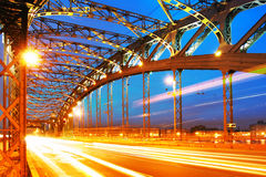 El fondo del metal estructura el puente Foto de archivo
