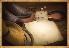 El fondo del oeste americano con las tarjetas y el vaquero del póker se opone Foto de archivo libre de regalías