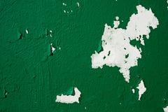 El fondo del primer peló la pintura de color verde oscuro en la pared imagen de archivo