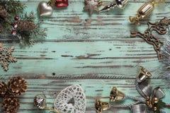 El fondo del ` s del Año Nuevo en una luz geen el escritorio adornado con el decoaration y las velas de la Navidad Fondo horizont Fotografía de archivo