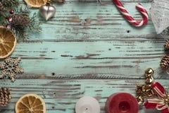El fondo del ` s del Año Nuevo en una luz geen el escritorio adornado con el decoaration y las velas de la Navidad Fondo horizont Imagenes de archivo