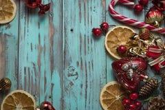 El fondo del ` s del Año Nuevo en una luz geen el escritorio adornado con el decoaration y las velas de la Navidad Fondo horizont Imagen de archivo libre de regalías