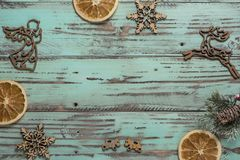 El fondo del ` s del Año Nuevo en una luz geen el escritorio adornado con el decoaration y las velas de la Navidad Fondo horizont Fotos de archivo libres de regalías