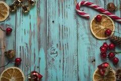 El fondo del ` s del Año Nuevo en una luz geen el escritorio adornado con el decoaration y las velas de la Navidad Fondo horizont Fotos de archivo