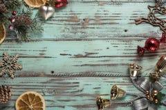 El fondo del ` s del Año Nuevo en una luz geen el escritorio adornado con el decoaration y las velas de la Navidad Fondo horizont Imagen de archivo