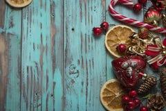 El fondo del ` s del Año Nuevo en una luz geen el escritorio adornado con el decoaration y las velas de la Navidad Fondo horizont Foto de archivo