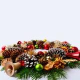 El fondo del saludo de la Navidad con los ornamentos rojos adornó el wreat Foto de archivo