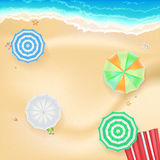 El fondo del verano, bandera con costa, coloreó sombrillas, las arenas de oro y la estera de la playa Plantilla, maqueta para en  Fotos de archivo libres de regalías
