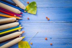 El fondo del vintage coloreó la tabla del azul de las frutas del otoño de los lápices Fotografía de archivo libre de regalías