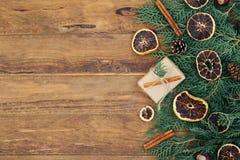 El fondo del vintage de la Navidad con el abeto ramifica en la tabla de madera Foto de archivo