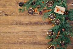 El fondo del vintage de la Navidad con el abeto ramifica en la tabla de madera Imagen de archivo libre de regalías