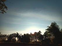 El fondo es la puesta del sol foto de archivo