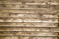 El fondo está en viejos tableros previstos con una estructura pronunciada de los remolinos de madera fotos de archivo libres de regalías