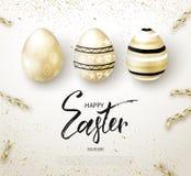 El fondo feliz de Pascua con brillo de oro realista adornó los huevos y la serpentina Disposición de diseño para la invitación libre illustration