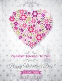 El fondo gris con el corazón de la tarjeta del día de San Valentín de la primavera florece Imagen de archivo