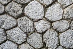 El fondo gris hexagonal rústico de la textura de la pared de piedra Fotos de archivo