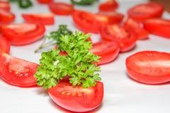 El fondo hecho de la porción de rojo fresco cortó los tomates Imágenes de archivo libres de regalías