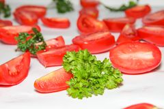 El fondo hecho de la porción de rojo fresco cortó los tomates Fotografía de archivo