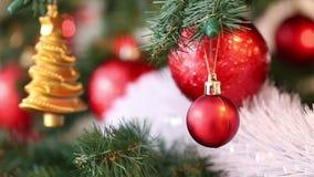 El fondo hermoso de la Navidad, abeto ramifica con el colgante de las chucherías rojas y del juguete de oro metrajes