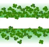 El fondo horizontal del día del ` s de St Patrick con el trébol se va Siluetas elegantes de las hojas, lugar para el texto Imagen de archivo libre de regalías