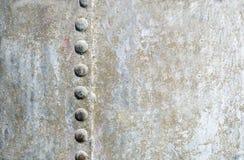 El fondo horizontal del metal con los remaches traga un lado Foto de archivo libre de regalías