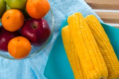 El fondo ligero borroso del diseño de la manzana roja, del maíz verde de la manzana, anaranjado y amarillo fotos de archivo