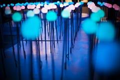 El fondo ligero púrpura azul del brillo del bokeh abstracto para el festival de la Navidad y del Año Nuevo sazona Foto de archivo
