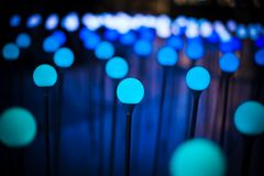 El fondo ligero púrpura azul del brillo del bokeh abstracto para el festival de la Navidad y del Año Nuevo sazona Imagen de archivo