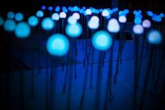 El fondo ligero púrpura azul del brillo del bokeh abstracto para el festival de la Navidad y del Año Nuevo sazona Fotos de archivo libres de regalías