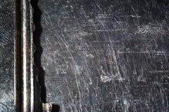 El fondo macro, llave de la cerradura en un metal rasguñó la superficie fotografía de archivo