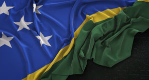 El fondo oscuro 3D de Solomon Islands Flag Wrinkled On rinde Imagenes de archivo