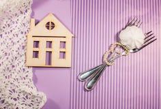 El fondo púrpura, casa, dos bifurcaciones se entrelaza con la perla Imágenes de archivo libres de regalías