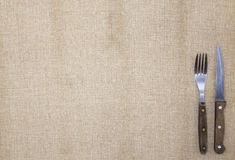 El fondo para el menú Mantel de la arpillera, de la bifurcación, del cuchillo para el filete y de la servilleta Se utiliza para c Fotos de archivo libres de regalías