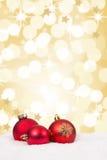 El fondo rojo de las bolas de la Navidad protagoniza la tarjeta de oro de la decoración del oro Fotos de archivo libres de regalías
