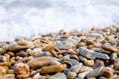 El fondo suave de la textura del guijarro del foco y de la falta de definición en el mar agita Imágenes de archivo libres de regalías