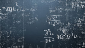 El fondo tiró de la pizarra con fórmulas científicas y algebraicas y gráficos escritos en él en gráficos Negocios foto de archivo