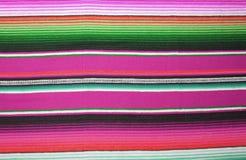 El fondo tradicional combinado de la fiesta del poncho de la manta de Mayo México del cinco del fondo mexicano del poncho con las foto de archivo libre de regalías