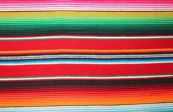 El fondo tradicional combinado de la fiesta del poncho de la manta de Mayo México del cinco del fondo mexicano del poncho con las imagen de archivo libre de regalías