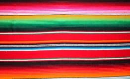 El fondo tradicional de México de la fiesta del serape de la manta de Mayo del cinco de Poncho Mexican con las rayas copia simple almacen de video