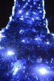 El fondo trasero de las decoraciones de la Navidad, linternas, luces, guirnaldas, las lluvias azules arqueó Imágenes de archivo libres de regalías