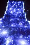 El fondo trasero de las decoraciones de la Navidad, linternas, luces, guirnaldas, las lluvias azules arqueó Foto de archivo libre de regalías