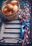El fondo vacío de Pascua con los huevos y la primavera de Pascua florece Fotos de archivo