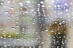 El fondo el vaso de agua está en el vidrio La granulosidad es causada por la lluvia el caer fotos de archivo