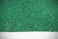 El fondo y el blanco verdes de la textura de la superficie de la carretera pintaron la línea Imágenes de archivo libres de regalías