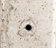 El fondo y la línea amarilla, cemento del agujero del polo del cemento de la textura Imagenes de archivo