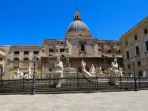 El Fontana Pretoria en el cuadrado de Pretoria de la plaza en Palermo, Italia foto de archivo